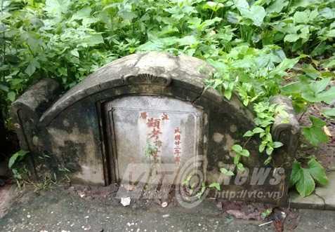 Các ngôi mộ đều có chữ Tàu