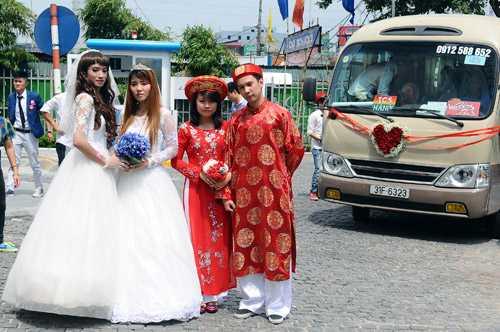 10 cặp đôi đồng tính cùng tổ chức đám cưới
