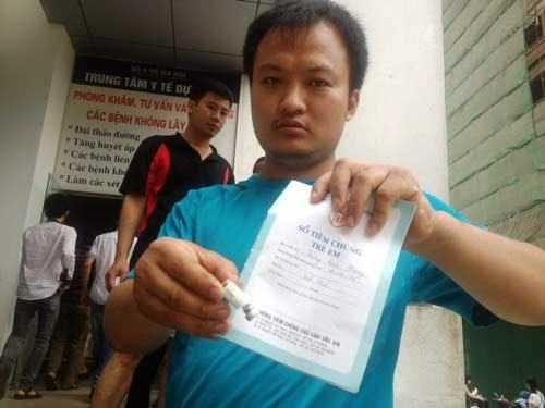 Người nhà cháu Phong bức xúc vì y tá tiêm không hết liều vắc xin.