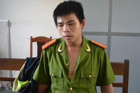 Thiếu tá công an dởm Bùi Văn Tiến tại cơ quan công an