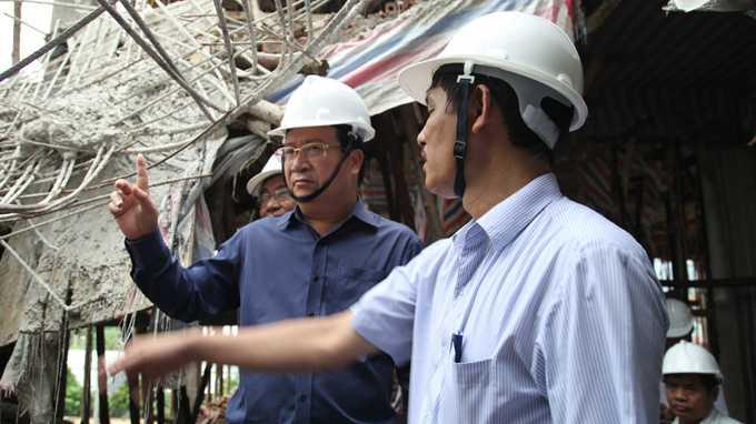 Bộ trưởng Bộ Xây dựng đã trực tiếp kiểm tra nhiều hạng mục của công trình, leo lên thang để kiểm tra tầng phía trên của ngôi nhà.