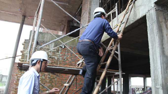Ông Trịnh Đình Dũng leo lên thang để kiểm tra hiện trường - Ảnh: Lâm Hoài
