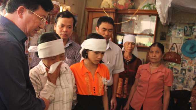 Ông Dũng thăm hỏi động viên gia đình nạn nhân - Ảnh: Lâm Hoài