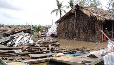 Mưa giông kèm theo lốc xoáy tại huyện Thới Bình làm nhiều căn nhà bị sập và tốc mái. (Ảnh minh họa - Báo ảnh Đất Mũi).