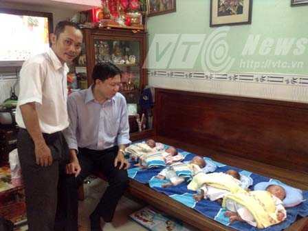 PV VTC News và bác sĩ Cao Hữu Thịnh bên cạnh 5 bé tại nhà bà Kim.  Ảnh: Hạnh Phương
