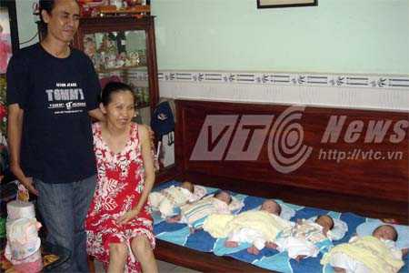 Vợ chồng anh Hiếu, chị Thư và các con trong ngày đầy tháng. Ảnh: Phan Cường