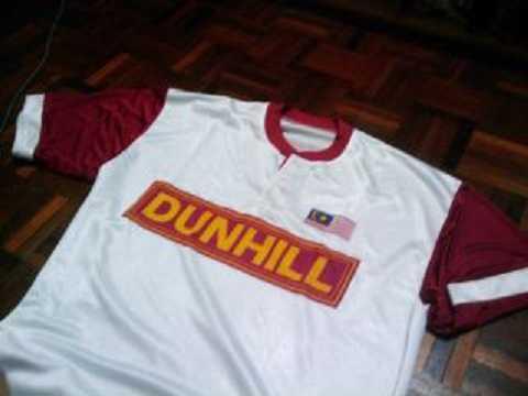Áo đấu một thời của tuyển Malaysia với logo Dunhill trên ngực.