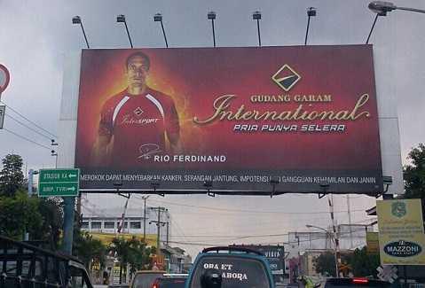 Rio Ferdinand gây tranh cãi khi quảng cáo cho hãng thuốc lá lớn nhất Indonesia.