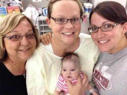 Cô Nigrelli hạnh phúc bên con gái yêu và người thân.