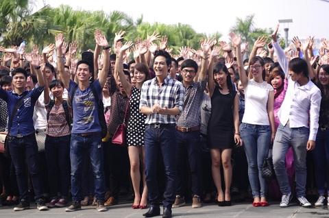Hàng ngàn thí sinh đến tham dự.