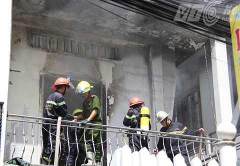 Lực lượng cảnh sát PCCC nỗ lực dập đám cháy