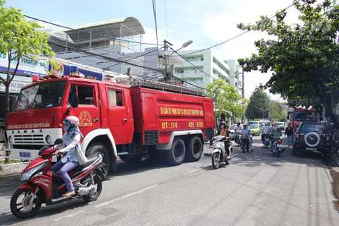 Lực lượng cảnh sát PCCC phải huy động 2 xe chuyên dụng cùng hàng chục chiến sỹ để dập lửa
