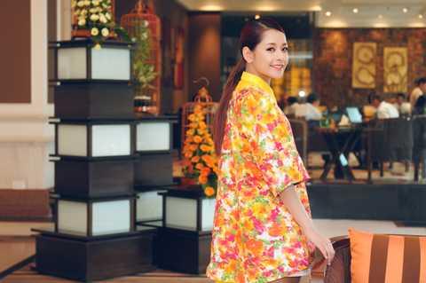 Xuất hiện tại buổi họp báo, Chi Pu thu hút bởi trang phục nổi bật.Ảnh: Lam Nguyễn