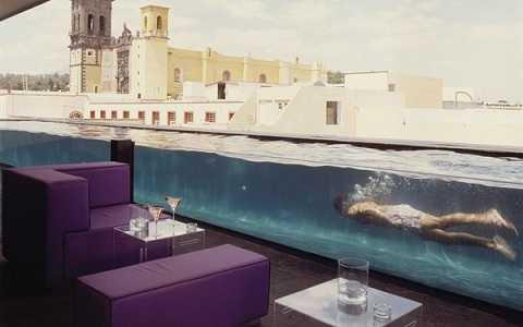 Quầy bar gắn liền bể bơi trong khách sạn La Purificadora, Mexico