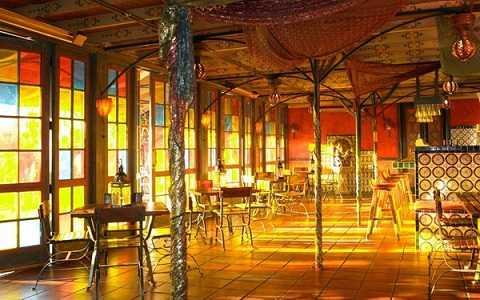 Quán bar Veranda trong khách sạn Moroccon-themed Figueroa ở Los Angeles, Mỹ