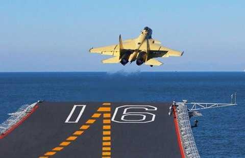 Sàn cong của Liêu Ninh khiến J-15 không tự cất cánh được nếu mang quá nhiều bom, tên lửa