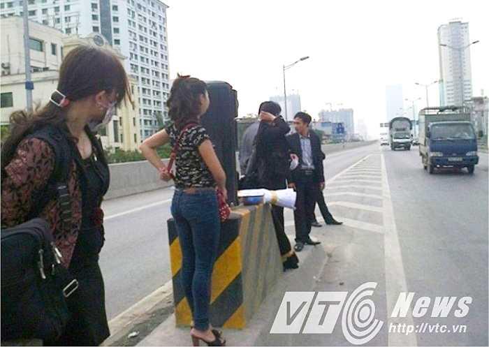 Tình trạng đón xe khách diễn ra vô tư trên đường trên cao.