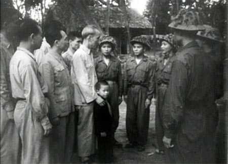 Bác Hồ trò chuyện với 6 chiến sĩ Điện Biên Phủ (chú bé trong bức ảnh nay là Thiếu tướng Hồ Sĩ Hậu)