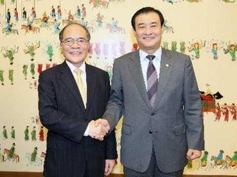 Chủ tịch Quốc hội Nguyễn Sinh Hùng và Chủ tịch Quốc hội Hàn Quốc Kang Chang-hee tại buổi hội đàm. (Ảnh: Nhan Sáng/TTXVN)