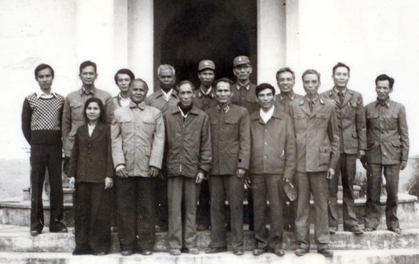 Ngô Bá Thái (đứng thứ năm hàng sau, từ trái qua phải) và đồng đội chụp kỷ niệm với anh hùng Núp.