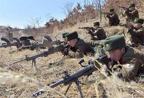 Binh lính Triều Tiên tập trận - Ảnh: KCNA