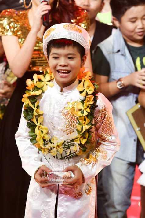 Cậu nhóc Quang Anh và niềm vui đăng quang.