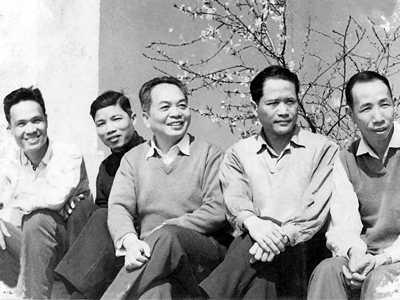 Từ phải sang: Nhà văn Hữu Mai, Trung tướng Hồng Cư, Đại tướng Võ Nguyên Giáp, nhà văn Phạm Chi Nhân và một cán bộ văn phòng giúp việc cho Đại tướng.
