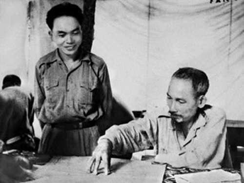 Đại tướng Võ Nguyên Giáp bên Chủ tịch Hồ Chí Minh.