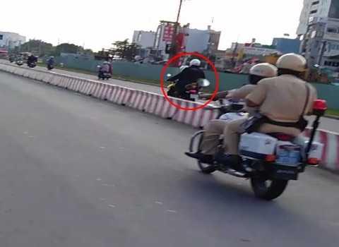 Và vượt mặt thách thức cảnh sát giao thông