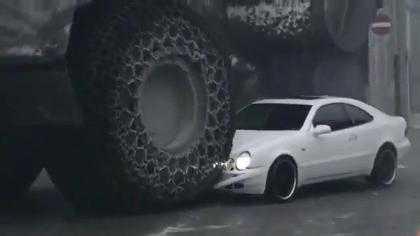 Chiếc bánh xe của máy xúc khổng lồ nghiền nát không thương tiếc một chiếc ô tô Mercedes. >> Xem Clip