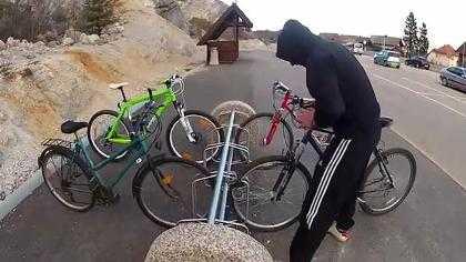 Đạo chích trộm xe đạp và lấy nó đi theo cách lạ lùng chưa từng thấy >> Xem Clip