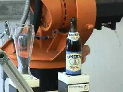 Robot nhấc chai bia và rót vào cốc cực chuyên nghiệp. >> Xem Clip