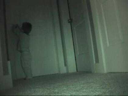 Clip đứa bé 2 tuổi cậy cửa lấy đồ lúc nửa đêm gây sốt trên mạng. >> Xem Clip