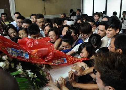 Xúc động hình ảnh người thân níu kéo giây phút cuối cùng được ở bên Wanbi Tuấn Anh