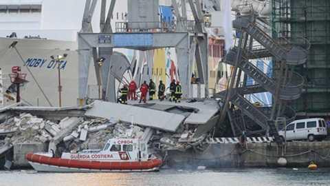 Sau khi bị đâm, tòa tháp xi măng cao 50m chỉ còn là đống đổ nát