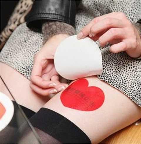 Thiếu nữ Nhật kiếm tiền quảng cáo trên đùi