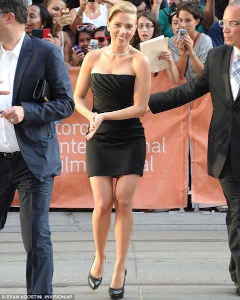 Cô đào Scarlett Johansson hấp dẫn khó cưỡng ngay khi mới bước vào cổng buổi lễ Liên hoan Phim Quốc tế Toronto.