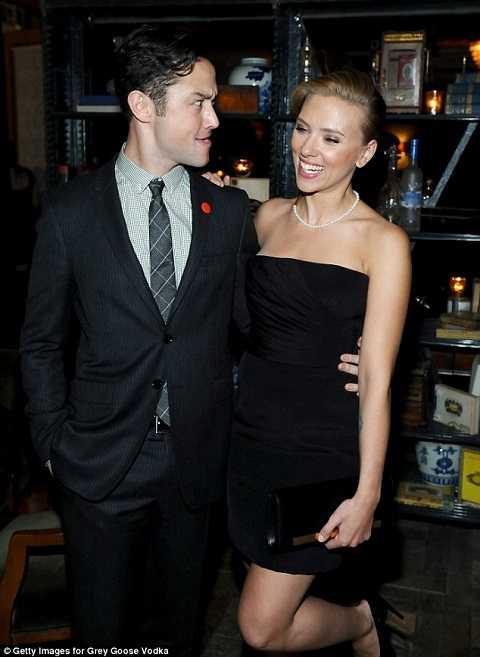Scarlett sánh vai cùng bạn diễn Joseph Gordon Levitt.