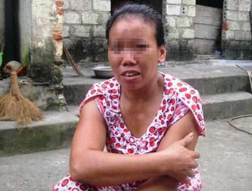 Bà Vũ Thị L., mẹ cháu H., kể lại sự việc cho phóng viên