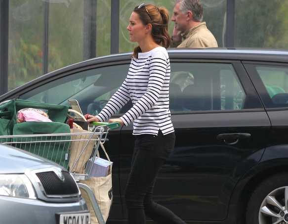 Kate Middleton vô cùng giản dị nhưng khiến mọi người hài lòng với vẻ khỏe mạnh, năng động và thon gọn của cô chỉ 1 tháng sau sinh.