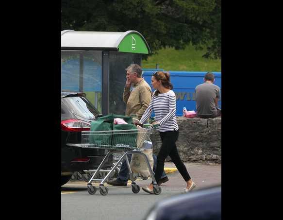 Bà mẹ trẻ của Hoàng gia Anh tự mình đi siêu thị để chọn đồ.