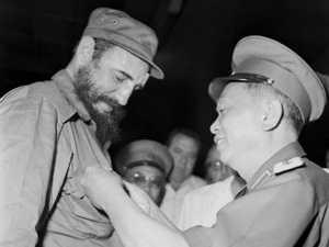 """Đại tướng Võ Nguyên Giáp tặng Lãnh tụ Cuba Fidel Castro huy hiệu """"Chiến sĩ Điện Biên Phủ"""", nhân chuyến thăm của Fidel Castro đến Việt Nam, tháng 9/1973."""