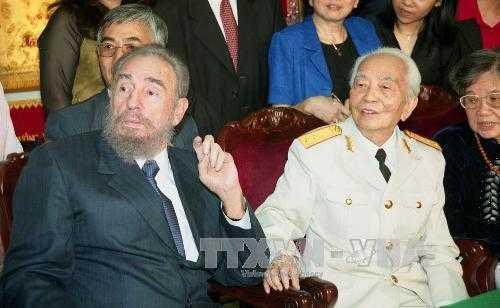 Chủ tịch Cuba Fidel Castro tới thăm Đại tướng Võ Nguyên Giáp tại nhà riêng ngày 22/2/2003