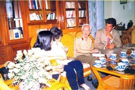 Kennedy con (ngoài cùng bên phải), Đại tướng Võ Nguyên Giáp cùng phu nhân và con gái. Ảnh: D.T.Q