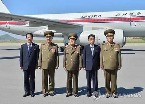 Ông Choe Ryong-hae (giữa) tại sân bay trước lúc sang Trung Quốc - Ảnh: Yonhap