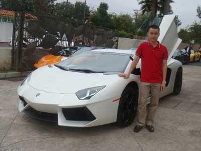 Cường Luxury chụp ảnh cùng siêu xe Lamborghini Aventador (có giá khoảng 20 tỷ đồng) được đại gia này đặt hàng ở Mỹ.