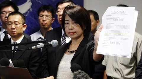 Bà Chen Wen Chi, trưởng đoàn điều tra vụ tàu cá bị bắn của phía Đài Loan, công bố cho báo chí văn bản đề nghị phối hợp điều tra - Ảnh: Reuters