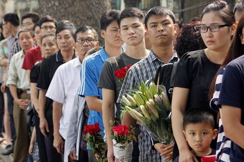 Người dân xếp hàng vào viếng Đại tướng Võ Nguyên Giáp tại số 30 Hoàng Diệu