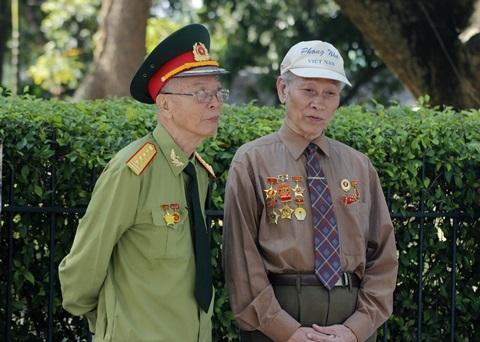 Cựu chiến binh Nguyễn Tường Vĩnh (bìa phải) cùng đồng đội trước nhà Đại tướng