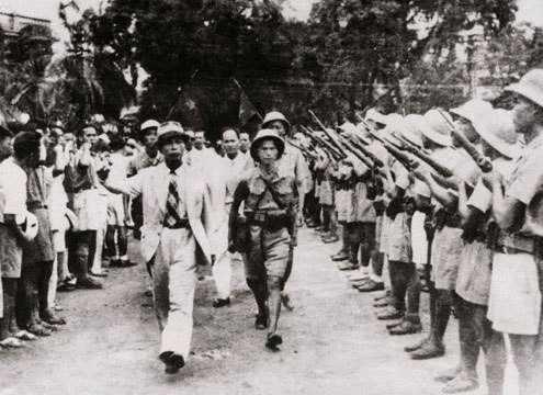 Ngày 26/8/1945, Tư lệnh Việt Nam Giải phóng quân Võ Nguyên Giáp duyệt binh lần đầu ở Hà Nội sau khi giành được chính quyền.